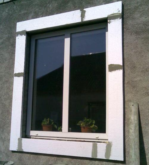 Окно обклеяно пенопластом