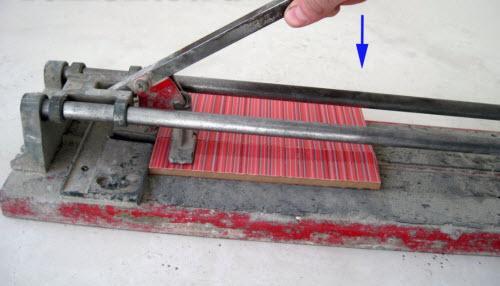 Ломаем плитку в плиткорезе