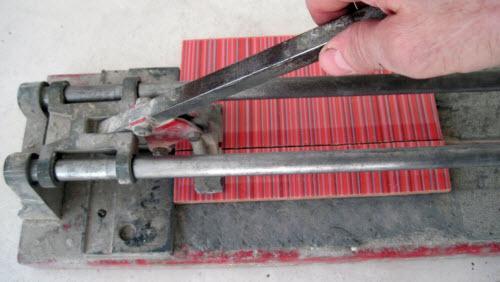 Резка плитки плиткорезом своими руками