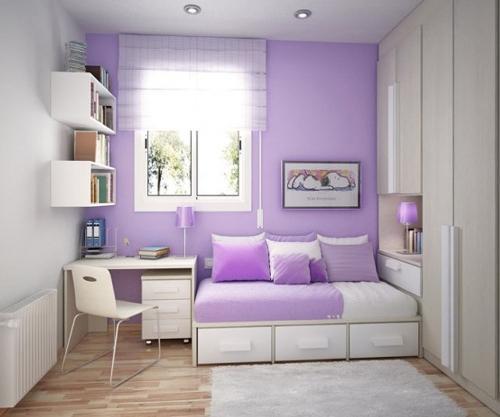Фиолетовая стена в спальне