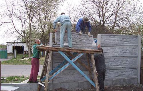 Установка плит бетонного забора