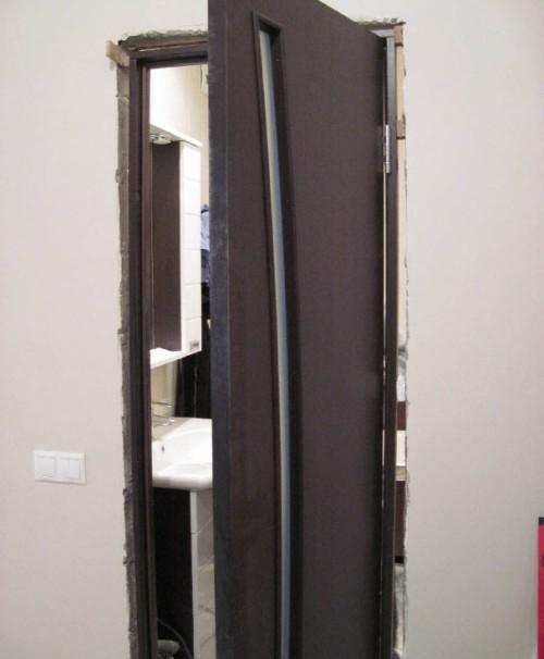 Выравниваем дверную коробку по уровню
