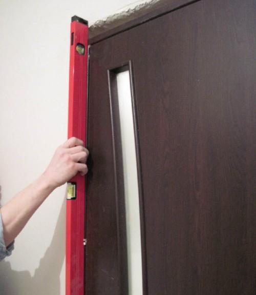 Установка межкомнатной двери по уровню