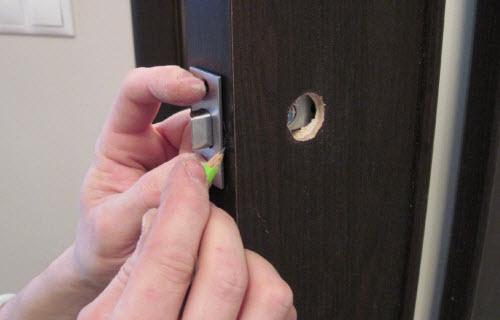 Разметка отверстий под крепление дверного замка