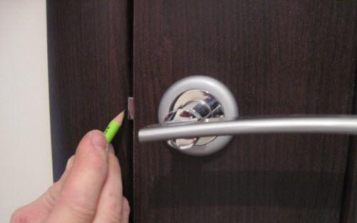 Отмечаем границы язычка замка с помощью карандаша