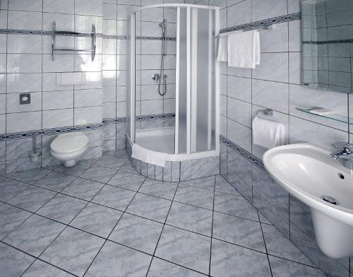 Ванная комната с душевой кабиной. Фото 10