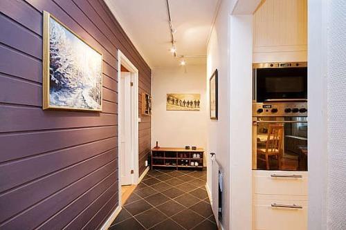 стены в прихожей деревянными панелями