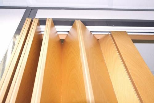 Установка деревянной двери-гармошки