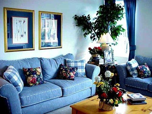 Интерьер гостиной в синем цвете. Фото