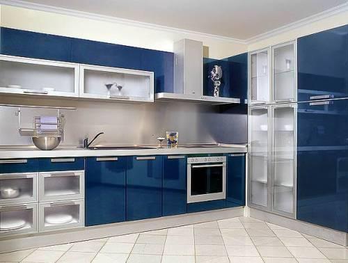 Интерьер кухни в синем цвете. Фото 17