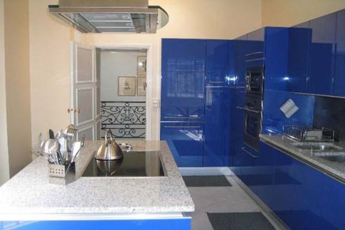 Интерьер кухни в синем цвете. Фото 8