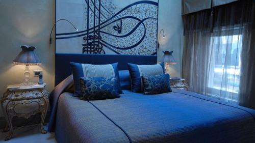 Интерьер спальни в синем цвете. Фото 7