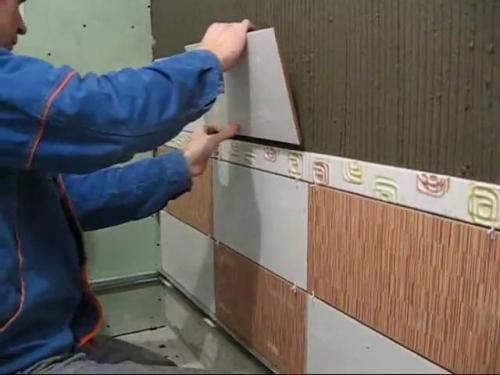 Как правильно клеить керамическую плитку?