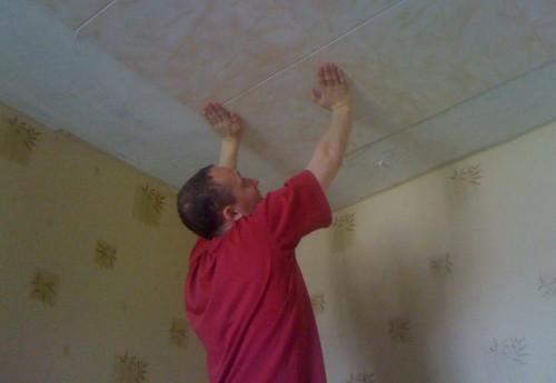 Как клеить потолочную плитку? Откуда начинать оклейку?