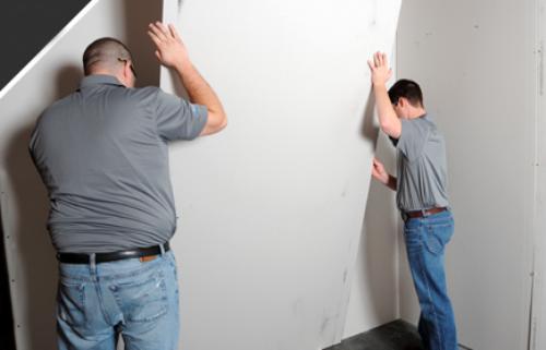 Приклеивание гипсокартона к стене
