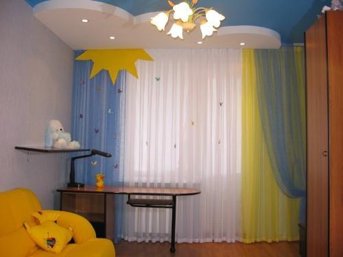 Оформление окна в детской. Фото