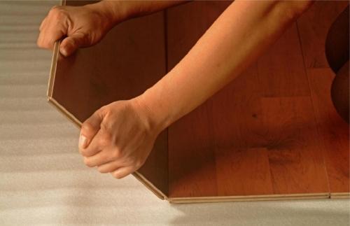 Как постелить ламинат на деревянный пол?