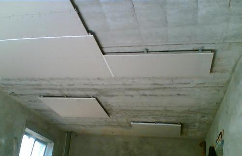 Обшивка первого уровня потолка гипсокартоном