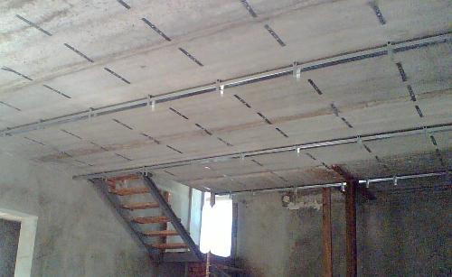 Монтаж каркаса первого уровня потолка