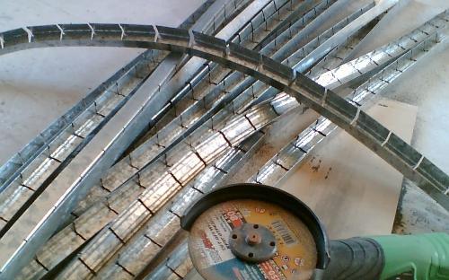 Змейка криволинейного потолка из профиля UD-27