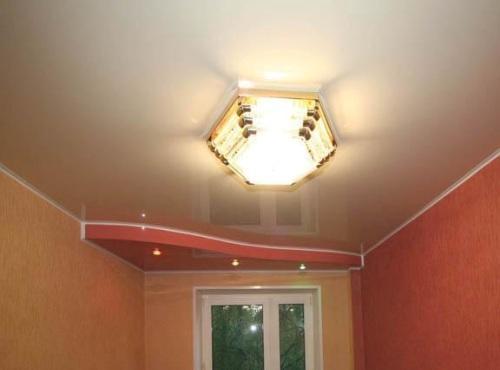 сначала обои или потолок