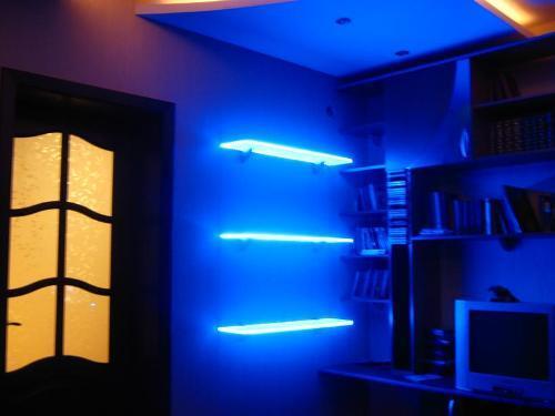 Подсветка полочек светодиодной лентой