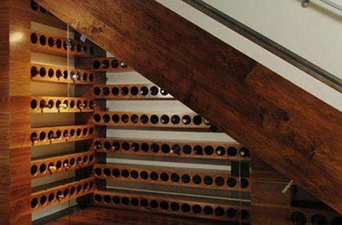 Винный бар под лестницей