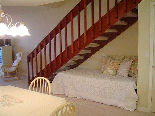 Кровать под лестницей