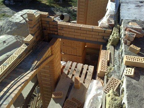 Боковая кирпичная кладка балкона