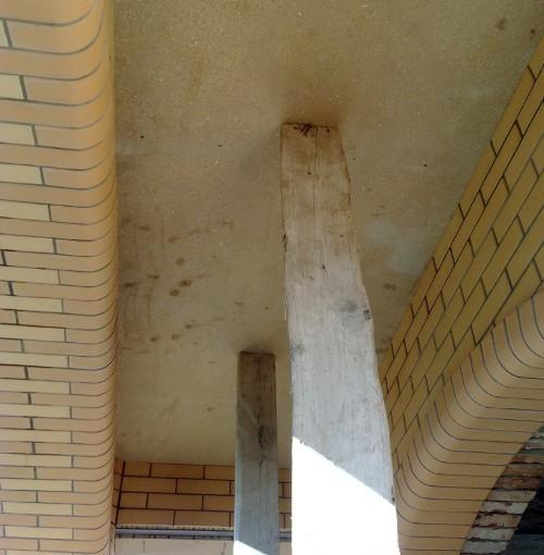 Балкон над входом в котедж