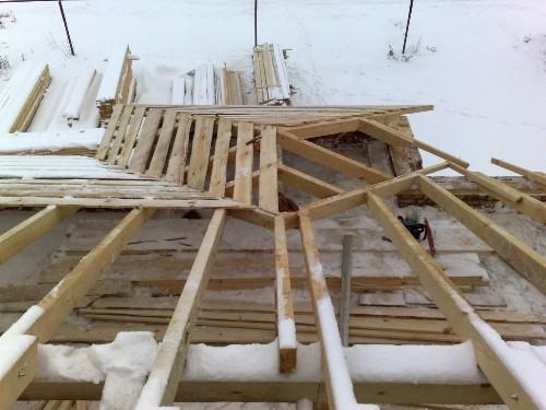 Четырехскатная крыша балкона
