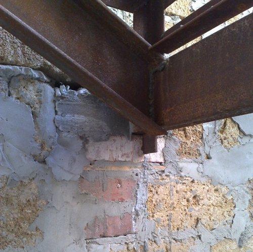 Как правильно крепить лестницу в стене