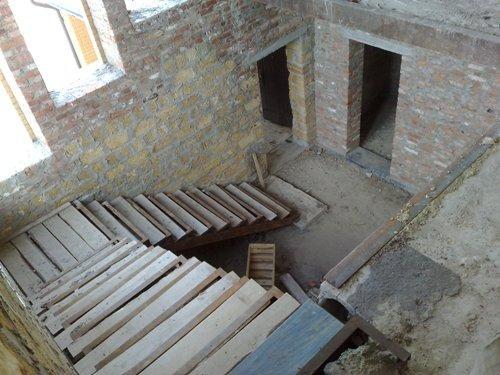 Как сделать угловую металлическую лестницу в доме?
