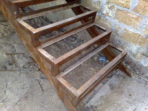 Ступеньки металлической лестницы из уголка