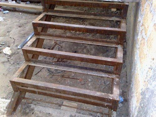Зазор между лестницей и стеной