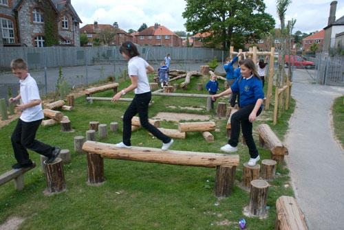 Как изготовить детскую площадку из дерева