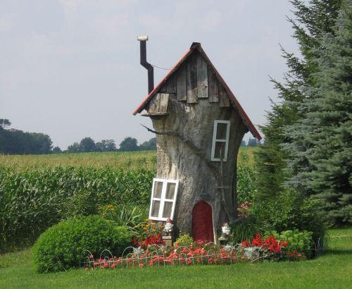 Детский домик из старого дерева