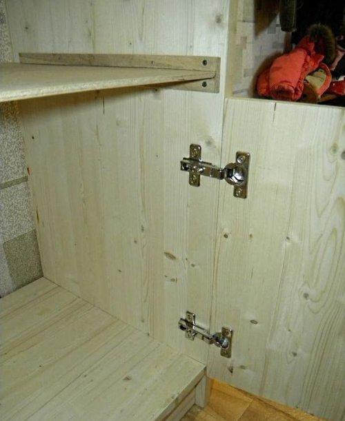 Крепим дверь к тумбочке шкафа