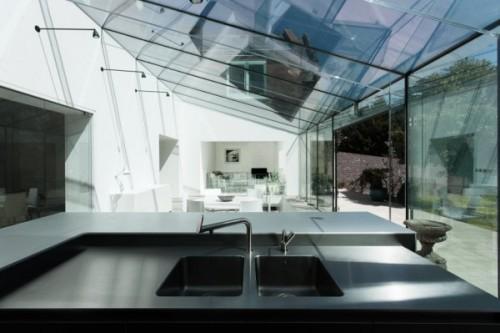 Современная пристройка из стекла к старому дому. Фото 5