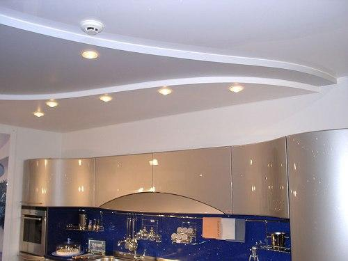 Рельефный потолок и многоуровневая подсветка