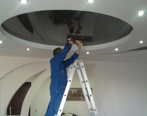 Как чистить натяжные потолки своими руками?
