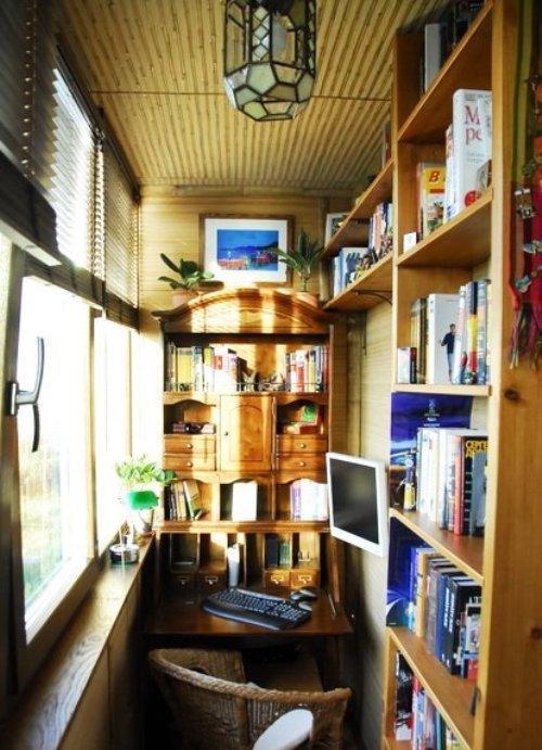 Уютное рабочее место с библиотекой на балконе