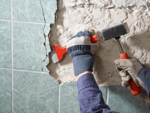 Как сбить старую плитку со стены своими руками?