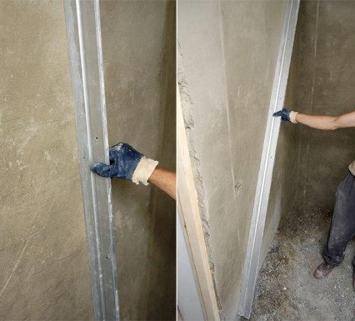 Проверяем ровность стен длинной рейкой