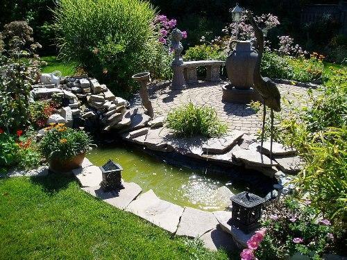 Украшение камнями водоема