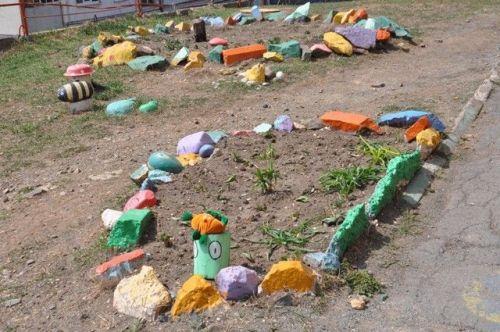 Клумба из разноцветных камней