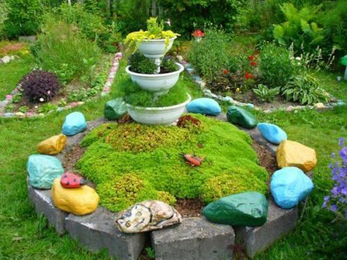 Разноцветные камни для клумбы