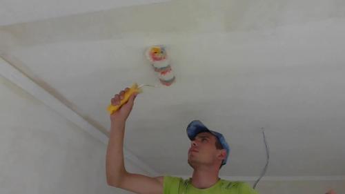 Наносим клей на потолок
