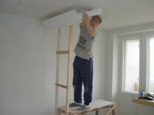 Оклейка потолка обоями своими руками