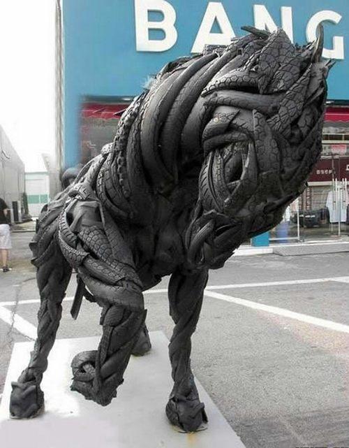 Конь из покрышек